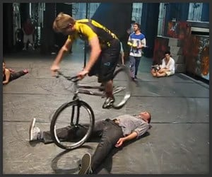 Cirque Bike Stunt