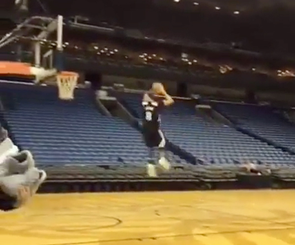 Zach LaVine: 360º Free Throw Dunk